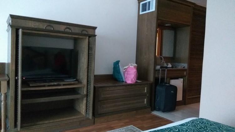 Tv dan almari dalam bilik Century Pines Resort