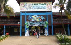 Pintu masuk ke bukit merah laketown waterpark