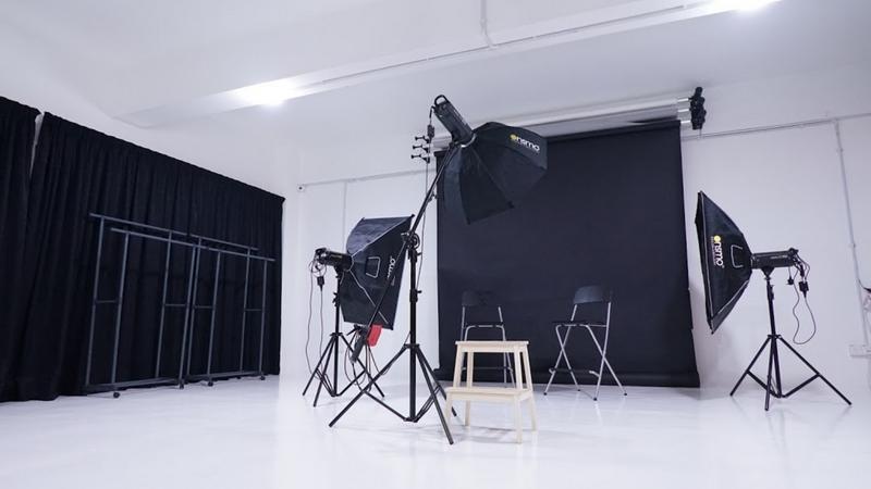 Contoh sebenar bilik studio gambar dengan pencahayaan lightning